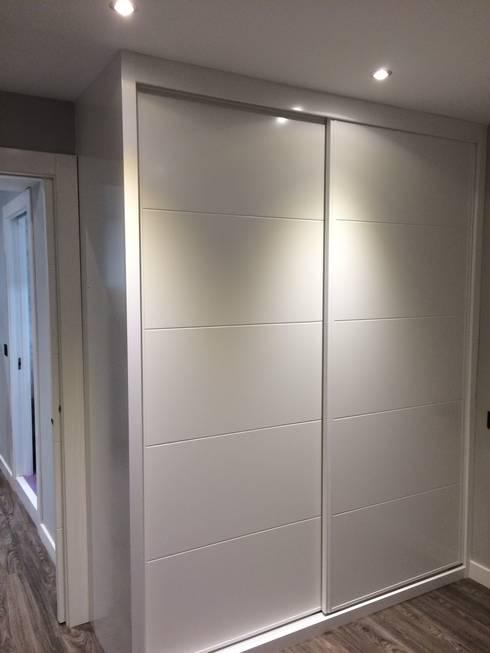 Armario Empotrado con puertas correderas lacadas en blanco:  de estilo  de 2 Mar Construcciones  HNOS. VINCELLE LLAMEDO S.L.