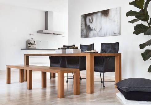 rust en eenvoud : moderne Woonkamer door Interieurvormgeving Inez Burvenich