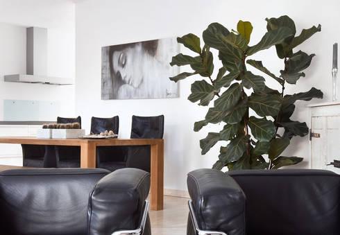 rust en eenvoud en Le Corbusier: moderne Woonkamer door Interieurvormgeving Inez Burvenich