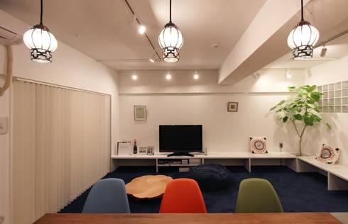 リビングには、ゴロゴロと寛げるようブルーのカーペットを敷いた: nuリノベーションが手掛けた壁&フローリングです。