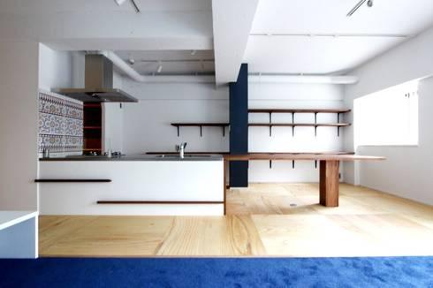 空間の凹凸を活かしたカラフルな家: nuリノベーションが手掛けたです。