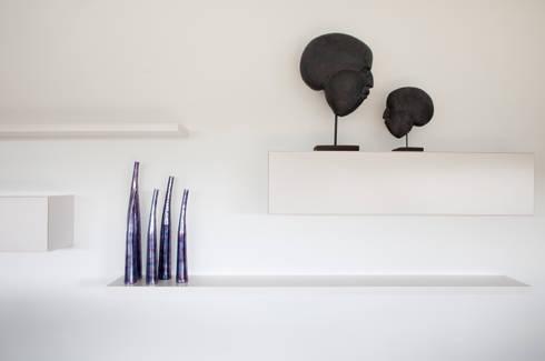 zwart - wit penthouse woonkamer: moderne Woonkamer door Interieurvormgeving Inez Burvenich