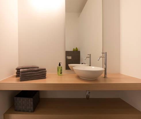 zwart -wit penthouse badkamer: moderne Badkamer door Interieurvormgeving Inez Burvenich