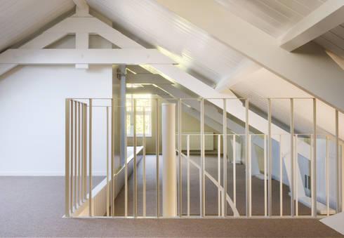Woonhuis Berkel Enschot zolderverdieping : moderne Studeerkamer/kantoor door Interieurvormgeving Inez Burvenich