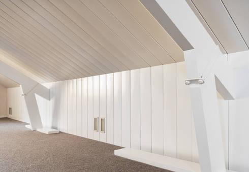 Woonhuis Berkel Enschot zolderverdieping: moderne Studeerkamer/kantoor door Interieurvormgeving Inez Burvenich