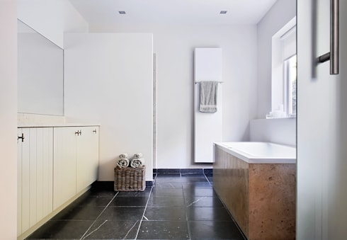Woonhuis Berkel Enschot badkamer en suite: moderne Badkamer door Interieurvormgeving Inez Burvenich