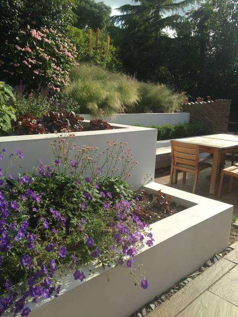 Large Contemporary Garden: modern Garden by Katherine Roper Landscape & Garden Design