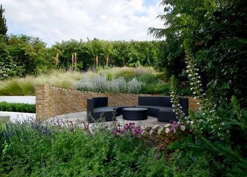 Circular Seating Area: modern Garden by Katherine Roper Landscape & Garden Design