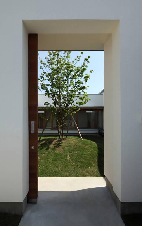 中庭への入り口: 松原建築計画 / Matsubara Architect Design Officeが手掛けた庭です。