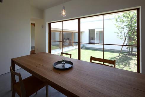 ダイニングより中庭を眺める: 松原建築計画 / Matsubara Architect Design Officeが手掛けた庭です。
