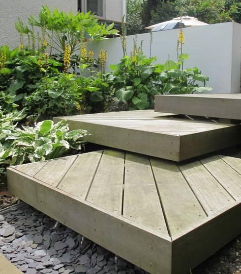 Wood Deck Platform Steps:  Garden by Katherine Roper Landscape & Garden Design