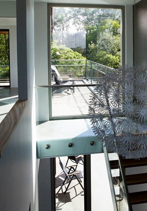 Villa Zandvoort:  Gang en hal door paul seuntjens architectuur en interieur