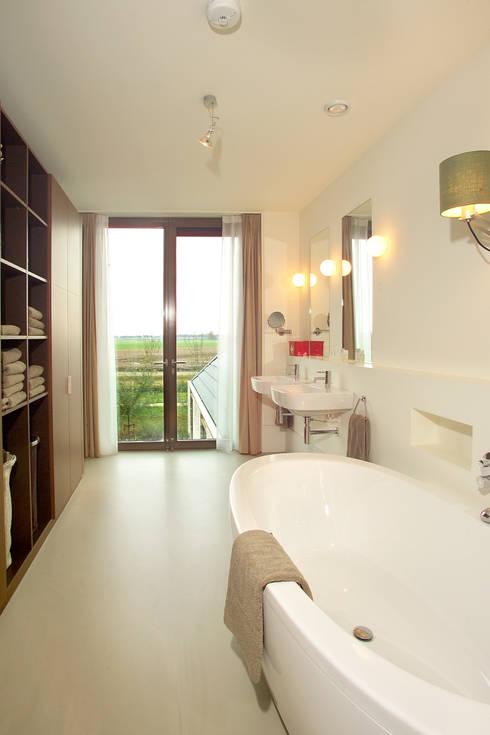 villa Loenen aan de Vecht:  Badkamer door paul seuntjens architectuur en interieur