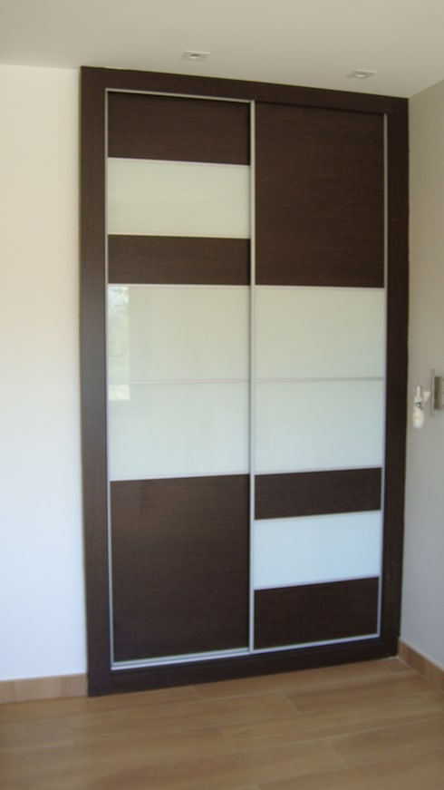 Puertas armario empotrado:  de estilo  de 2 Mar Construcciones  HNOS. VINCELLE LLAMEDO S.L.