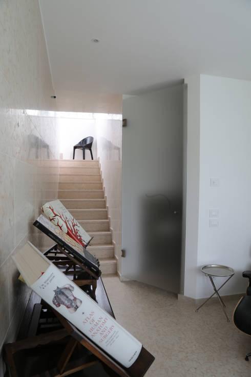 VILLA B: Ingresso & Corridoio in stile  di STUDIO DI ARCHITETTURA ZANONI ASSOCIATI