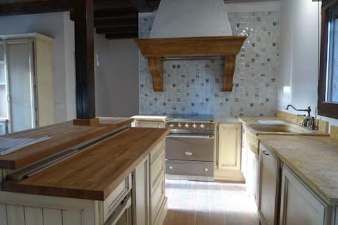 Campana extractora con cocina Lacanche color Marrón Glacé: Cocinas de estilo rústico de Gamahogar