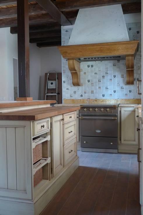 detalle de isla con Lacanche al fondo: Cocinas de estilo rústico de Gamahogar