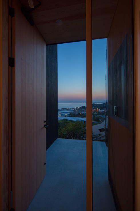 Tei 玄関ポーチ: キリコ設計事務所が手掛けた窓です。