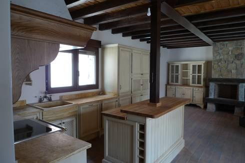 Vista general de la cocina : Cocinas de estilo rústico de Gamahogar