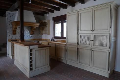 Mueble despensa y nevera: Cocinas de estilo rústico de Gamahogar