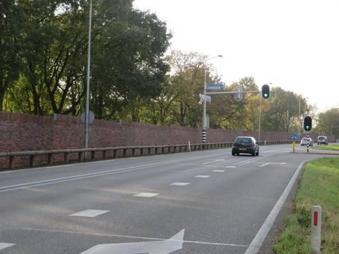 Geluidswerende voorziening langs de N317 na realisatie  vanuit perspectief bestuurder.:   door Buro Topia stads- en landschapsontwerp
