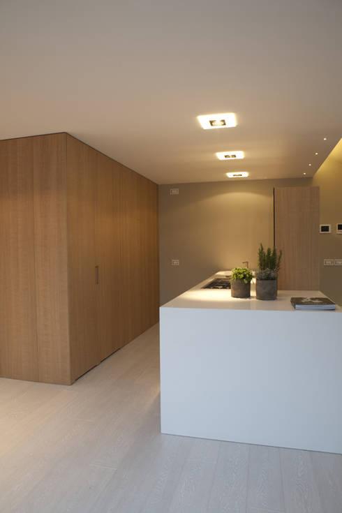 CUCINA - ZONA LAVORO : Cucina in stile in stile Moderno di marco.sbalchiero/interior.design