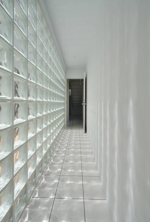 1+n: 加藤一成建築設計事務所が手掛けた廊下 & 玄関です。
