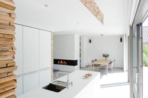 Residential Villa: moderne Keuken door Wonderwall Studios