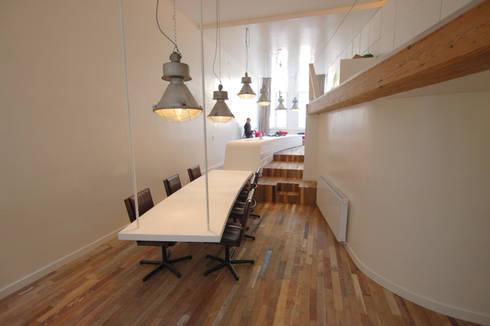 'Bridges' • Residential • Netherlands: minimalistische Woonkamer door Wonderwall Studios