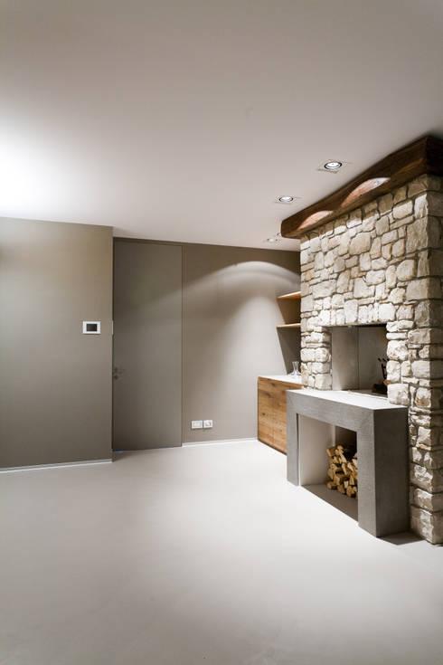 CAMINETTO TAVERNA: Cantina in stile in stile Moderno di marco.sbalchiero/interior.design