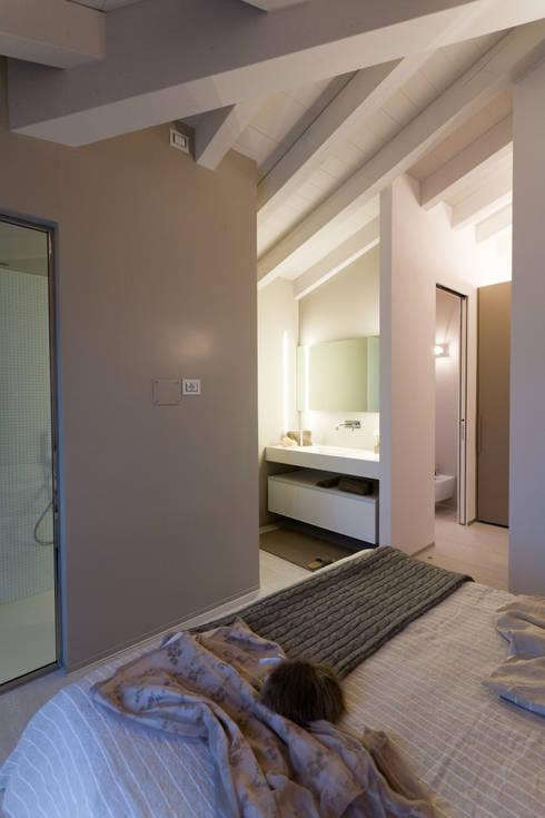 BAGNO INTERNO ALLA CAMERA: Bagno in stile in stile Moderno di marco.sbalchiero/interior.design