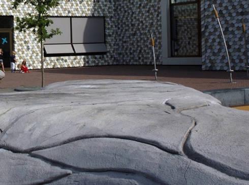 Een amorfe slinger van beton om op te zitten, spelen en te ontmoeten als alternatief voor een hekwerk.:   door Buro Topia stads- en landschapsontwerp
