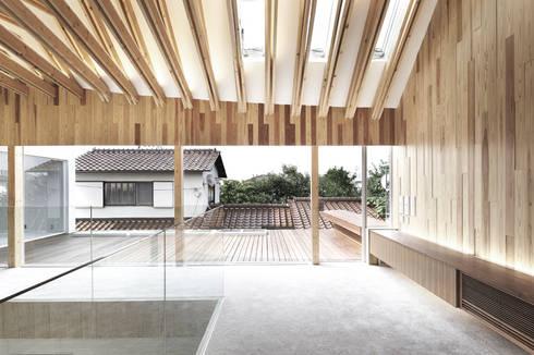 デッキ庭を通じて隣家を見る: 平沼孝啓建築研究所 (Kohki Hiranuma Architect & Associates)が手掛けた医療機関です。