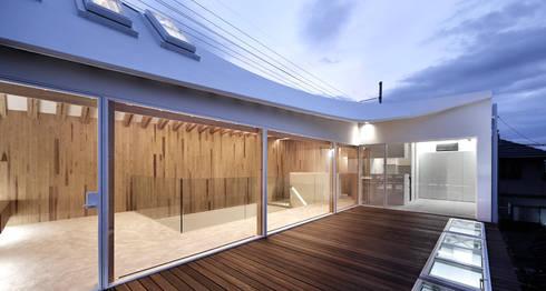 2階テラスから内部を見る: 平沼孝啓建築研究所 (Kohki Hiranuma Architect & Associates)が手掛けた医療機関です。