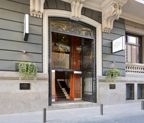 Fachada: Puertas y ventanas de estilo industrial de LUZIO