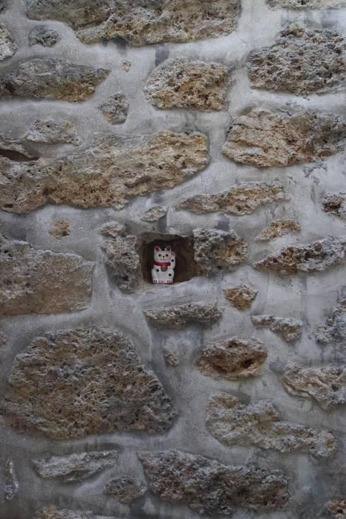Détails du mur en pierre: Couloir et hall d'entrée de style  par MELANIE LALLEMAND ARCHITECTURES