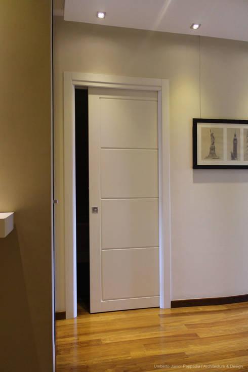 Le porte laccate sono realizzate su nostro disegno e sono caratterizzate da una leggera incisione che le impreziosisce.: Finestre & Porte in stile in stile Moderno di Studio Architettura Pappadia