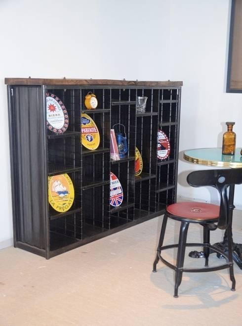 Etagère tri postal bois et métal, création Hewel mobilier: Salle à manger de style  par Hewel mobilier