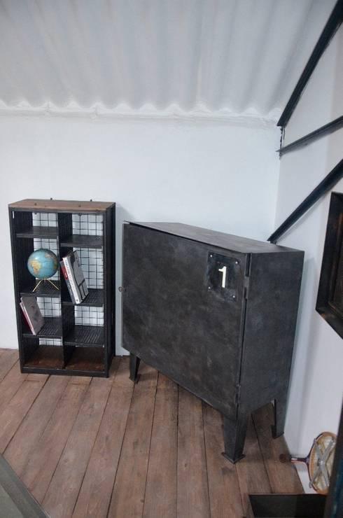 Etagères indus' 2 colonnes: Salon de style  par Hewel mobilier