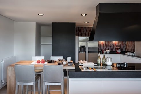 Cocina con papel pintado: Cocinas de estilo moderno de Laura Yerpes Estudio de Interiorismo