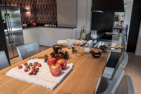 Comedor en cocina moderna: Cocinas de estilo moderno de Laura Yerpes Estudio de Interiorismo
