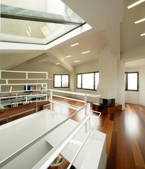 Casa promenade – vivienda unifamiliar en Caselles: Estudios y despachos de estilo  de Miàs Architects