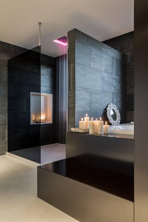 Baño con ducha de lluvia con cromoterapia: Baños de estilo moderno de Laura Yerpes Estudio de Interiorismo