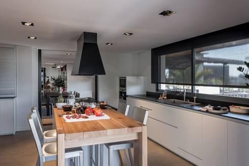 Comedor integrado en cocina: Cocinas de estilo moderno de Laura Yerpes Estudio de Interiorismo