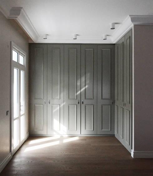 monoblok design & interiors – Tarabya B. Yali Project _ Dressing Room 2: modern tarz Yatak Odası