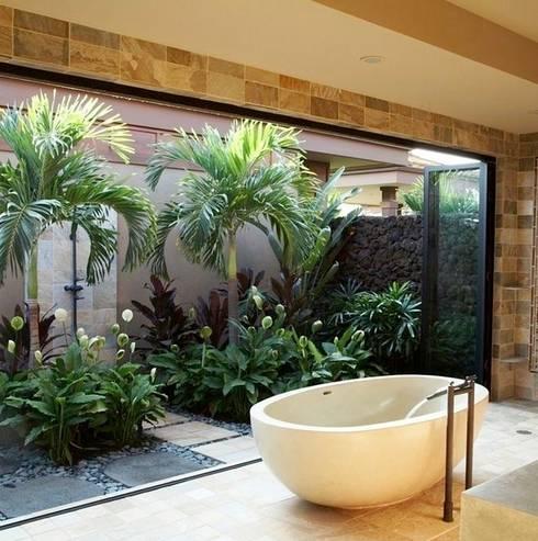 Bagno con utilizzo di piante stabilizzate e verde verticale.: Bagno in stile in stile Eclettico di Dotto Francesco consulting Green