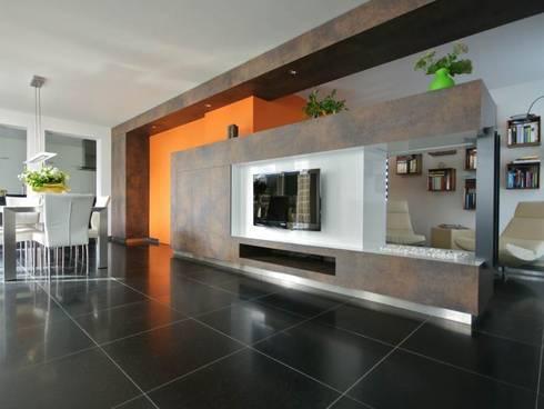 kastlijn 1 met oranje accent: moderne Woonkamer door KleurInKleur interieur & architectuur