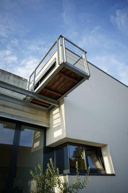 Eingang, Balkon:  Terrasse von Architekten Lenzstrasse Dreizehn