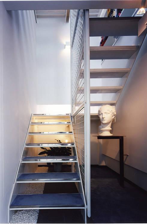 階段: 濱嵜良実+株式会社 浜﨑工務店一級建築士事務所が手掛けたオフィスビルです。