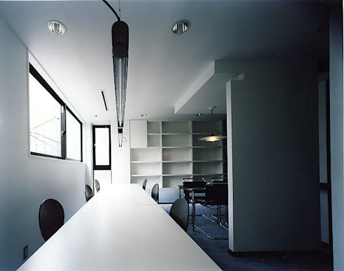 ミーティングルーム: 濱嵜良実+株式会社 浜﨑工務店一級建築士事務所が手掛けたオフィスビルです。